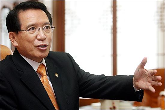 부산 영도가 지역구인 김형오 전 국회의장은 지난 9일 2차 희망버스의 ´난장판´ 시위에 대해 영도주민들이 ´학을 뗐다´며 제3차 희망버스가 출발하지 않는 게 희망을 남기는 것이라고 말했다.