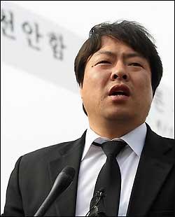지난 2010년 4월 20일 오후 경기도 평택 해군2함대사령부 앞에서 이정국 당시 실종자가족협의회 대표가 취재진과 만나 앞으로 계획에 대해 말하고 있다.
