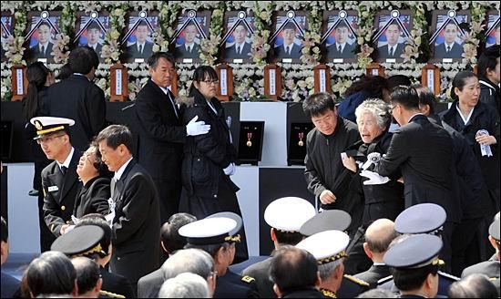 지난 2010년 4월 29일 경기 평택 해군 제2함대 사령부에서 해군장으로 열린 천안함 46용사 합동영결식에서 조문을 마친 유족들이 오열하고 있다. ⓒ연합뉴스