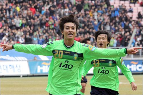 이동국이 2골을 몰아치며 전북의 3-1 역전승을 견인했다.