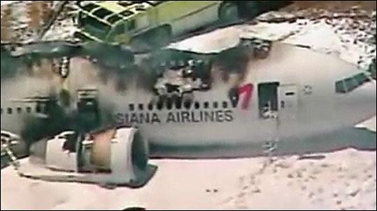 미국 샌프란시스코 국제공항에서 사고로 동체가 화재가 난 아시아나항공기. 뉴스화면 캡처.