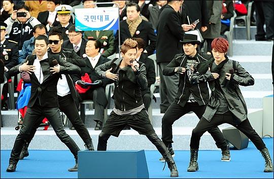 아이돌 그룹 JYJ가 지난 2월 25일 오전 국회에서 열린 제18대 박근혜 대통령 취임식에서 식전행사를 펼치고 있다. ⓒ사진공동취재단