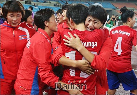 [대한민국-일본]한국 여자축구의 승리로 끝나자 경기장은 그야말로 한민족 여성의 축제 한마당이었다. ⓒ 데일리안 홍효식 기자