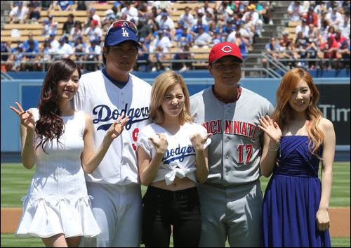 LA 다저스 코리아데이 행사에서 소녀시대 멤버들이 류현진, 추신수와 기념사진을 찍고 있다. 이날 티파니가 미국 국가, 태연이 애국가, 써니가 시구를 맡았다. ⓒ 연합뉴스