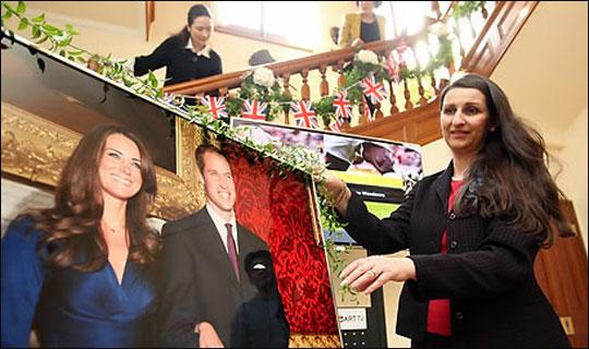 영국 왕위 계승 서열 2위 윌리엄 왕자와 케이트 미들턴의 결혼식을 하루 앞둔 지난 2011년 4월 28일 오후 서울 중구 정동 영국대사관저에서 피오나 유든 대사 부인(오른쪽)과 직원들이 결혼식 축하 파티를 열기 위해 준비하고 있다.ⓒ연합뉴스