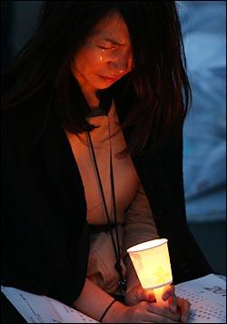 세월호 침몰 6일째인 21일 저녁 서울 종로구 세종로 동화면세점 앞에서 '세월호 실종자 무사생환 기원'촛불행사에서 참가자들이 두 손을 모은채 무사생환을 염원하며 눈물을 흘리고 있다. ⓒ데일리안 홍효식 기자