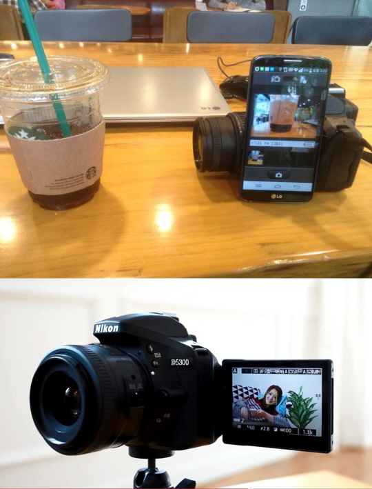 D5300과 스마트폰을 와이파이(Wi-Fi)로 연결해 스마트폰을 통해 카메라를 조작하는 모습(위쪽)과 이를 이용해 원거리에서 셀카를 촬영하는 장면.ⓒ니콘이미징코리아