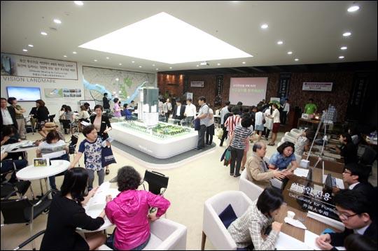 지난 23일 서울시 용산구 한강로3가에 위치한 대우건설 용산 푸르지오 써밋 견본주택에서 방문객들이 분양상담을 받고 있다.ⓒ대우건설