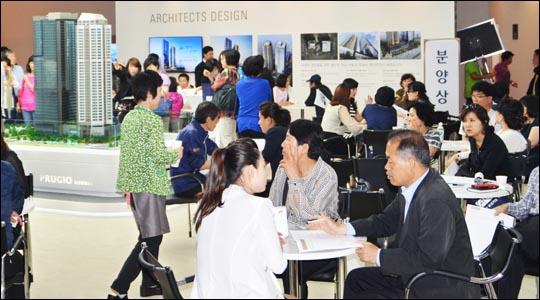 지난 23일 서울 용산구 한강로3가에 위치한 대우건설 용산 푸르지오 써밋 견본주택에서 방문객들이 분양 상담을 받고 있다.ⓒ대우건설