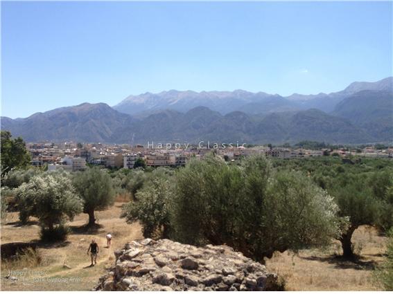 스파르타의 아크로폴리스에서 바라본 시가지와 타이게토스 산맥, 주변이 온통 올리브 나무다. ⓒ박경귀