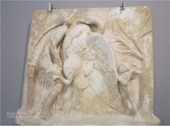 백조로 변신하여 레다를 겁탈하는 제우스, 제우스를 부추기는 에로스의 모습이 보인다. 크레타 이라클리온 고고학 박물관 ⓒ박경귀
