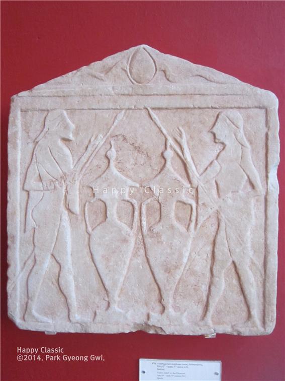 봉헌 비석에 새겨진 디오스쿠리의 모습, 디오스쿠리의 용맹을 숭상한 스파르타 인들의 의식을 엿볼 수 있다. BC 6세기 말에서 BC 5세기 초 작품, 스파르타 고고학 박물관 ⓒ박경귀