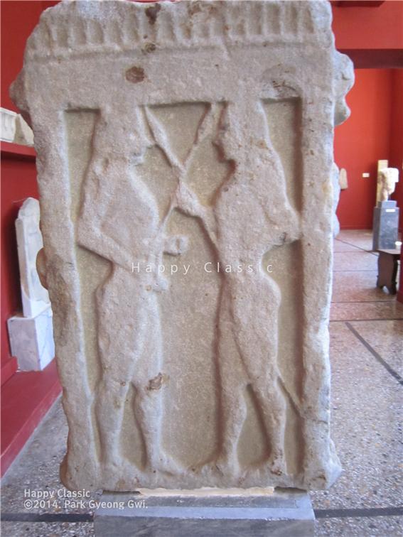 봉헌 비석에 새겨진 디오스쿠리의 모습, BC 575~ 550년 작품 추정, 스파르타 고고학 박물관 ⓒ박경귀