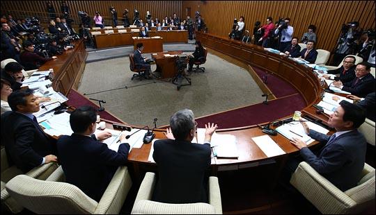 11일 오전 국회에서 이완구 국무총리 후보자에 대한 인사청문회가 진행되고 있는 가운데 여야 의원들이 논쟁을 벌이고 있다. ⓒ데일리안 홍효식 기자