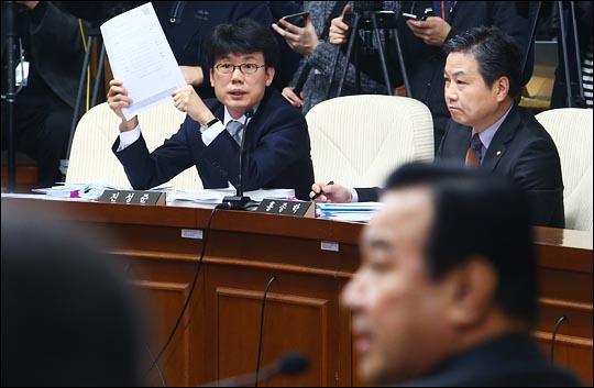 진성준 새정치민주연합 의원이 11일 국회에서 열린 이완구 국무총리 후보자에 대한 인사청문회에서 질의하고 있다. ⓒ데일리안 홍효식 기자