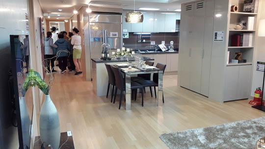 전용109A㎡형 거실에서 바라본 주방 모습.우측 측면에 돌출형 펜트리가 설계돼 있다.ⓒ데일리안 박민 기자