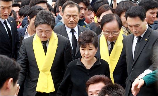 박근혜 대통령이 세월호 참사 1주기인 16일 전남 진도군 팽목항을 방문해 방파제에서 대국민 메시지를 발표한뒤 나오고 있다.  ⓒ데일리안 박항구 기자