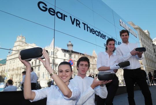 20일(현지시간) 삼성전자 모델들이 21일부터 28일까지 스페인 바르셀로나 까딸루냐광장에서 운영되는 '기어 VR 스튜디오'를 홍보하고 있다.ⓒ삼성전자