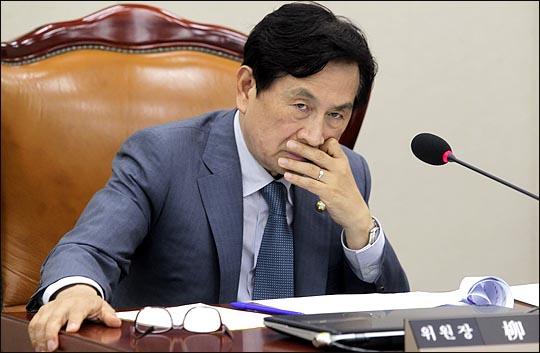 유재중 국회 안전행정위원회 위원장이 28일 열린 국회 안행위 전체회의에서 의원들의 발언을 들으며 얼굴을 만지고 있다.  ⓒ데일리안 박항구 기자