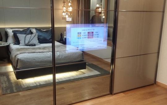 안방에 무상으로 제공되는 미러(mirror) TV.ⓒ데일리안 박민 기자