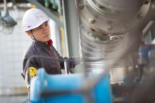 금호석유화학 여수고무공장 한 직원이 설비를 점검하고 있다.ⓒ금호석유화학