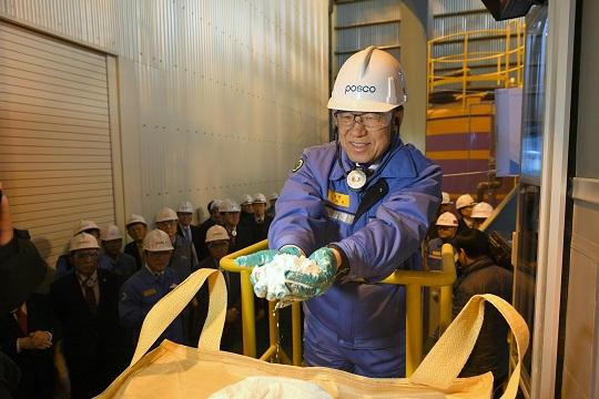 """""""이것이 첫 국산 탄산리튬이다."""" 권오준 포스코 회장이 지난 7일 초도 생산된 탄산리튬 최종제품을 손에 들어 보이고 있다.ⓒ포스코"""