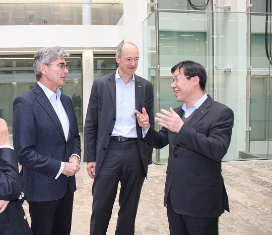 (오른쪽부터)권오준 포스코 회장이 지난달 28일 독일 뮌헨에서 지멘스의 조 케저 회장과 롤랜드 부시 부회장을 만나 포스코형 스마트팩토리 및 스마트인더스트리 솔루션에 대해 논의했다.ⓒ포스코