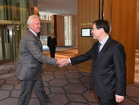 권오준 포스코 회장(오른쪽)이 13일 제프리 이멜트 GE 회장을 만나 포스코형 스마트인더스트리 솔루션에 대해 논의했다.ⓒ포스코