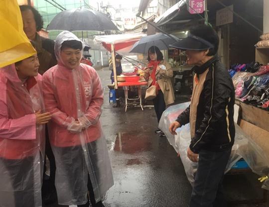 18일 서울 용산구의 용문시장을 방문한 홍준표 후보의 배우자 이순삼 씨가 비가 내리는 가운데 시장상인들과 시민들을 잇따라 찾아가면서 지지를 호소했다. ⓒ데일리안 정금민 기자