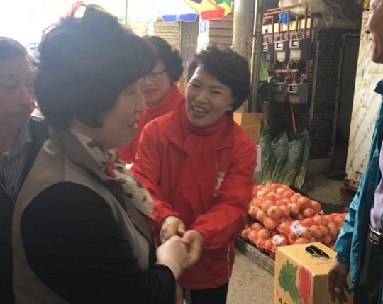 홍준표 자유한국당 대선후보의 배우자인 이순삼 씨가 18일 오전 서울 관악구의 신원시장을 찾아 시민들에게 지지를 호소했다. ⓒ데일리안 정금민 기자