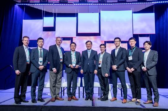 서원준 LG전자 ESS전지마케팅1담당 상무(오른쪽에서 5번째)가 미국 덴버에서 개최된
