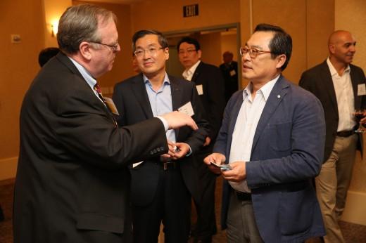 구자열 회장(오른쪽)이 미국 실리콘밸리에서 기업설명회를 열고 현지에서 활동중인 벤처 Capital, 기업가, 캘리포니아주 정부 관계자 등과 만나 이야기를 나누고 있다. ⓒLS