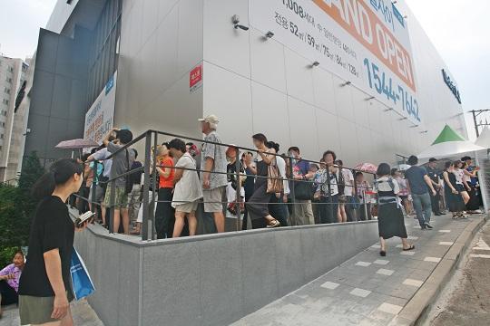 서울 영등포구 신길동 336-317번지에 마련된 신길센트럴자이 견본주택. 내부 입장을 위해 방문객들이 줄을 서고 있다.ⓒGS건설