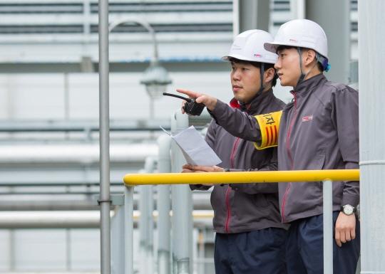금호석유화학 공장 직원들이 설비에 대한 안전전검을 실시하고 있다.ⓒ금호석유화학