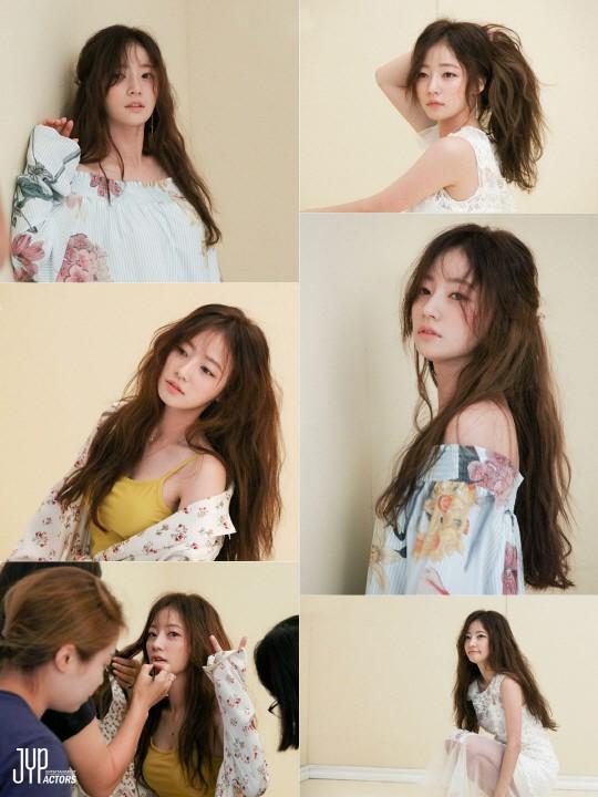 배우 송하윤의 화보 비하인드 컷이 공개됐다. ⓒJYP엔터테인먼트