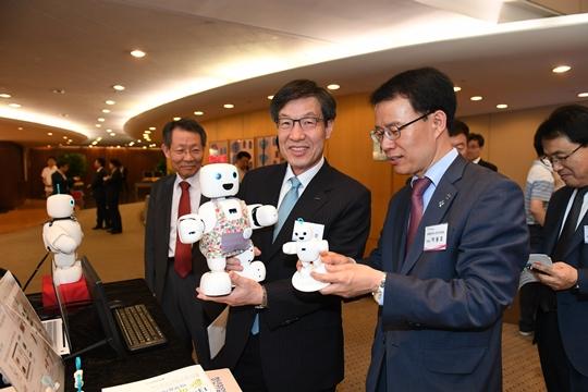 권오준 포스코 회장(왼쪽 두 번째)이 지난 6월 21일 서울 대치동 포스코센터에서 열린 제13회 아이디어 마켓플레이스에서 (주)서큘러스가 개발한 지능형 로봇 제품을 체험하고 있다. ⓒ포스코