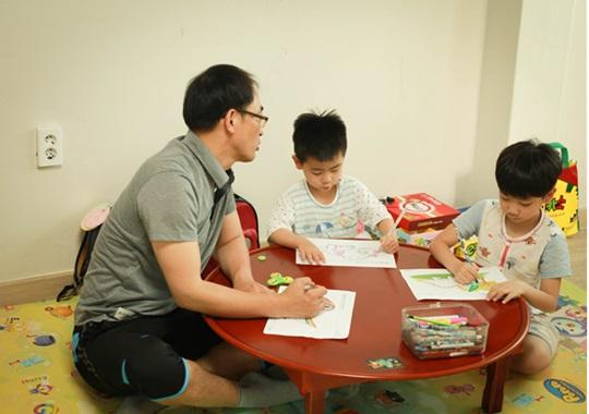 남성 육아휴직을 신청한 KT&G 인천본부 김민식 대리가 자녀들과 함께 그림 그리기를 하고 있다.ⓒKT&G