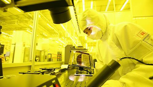 중국 시안의 삼성전자 반도체 공장 생산라인에서 한 직원이 작업을 하고 있다.ⓒ연합뉴스
