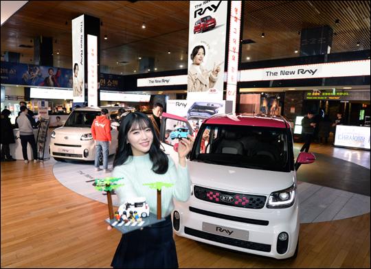 기아자동차가 내년 1월 14일까지 서울 소재 영화관에서 '더 뉴 레이'를 전시하고 경품 증정 이벤트를 실시한다.ⓒ기아자동차