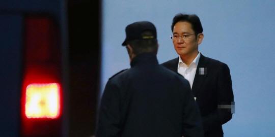 이재용 삼성전자 부회장이 27일 서울 고등법원에서 항소심 결심공판을 마치고 법정을 나와 호송차로 향하고 있다.ⓒ연합뉴스