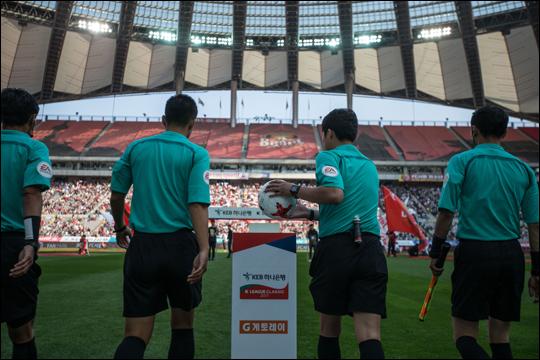 주심들에게 지급된 수당은 총 8억 4500만원, 부심들에게 지급된 수당은 총 6억 9500만원으로 파악됐다. ⓒ 한국프로축구연맹