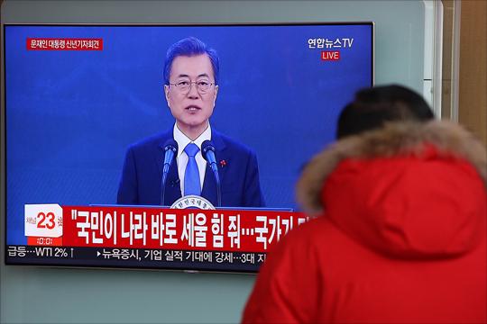 10일 오전 서울역 대합실에서 시민들이 문재인 대통령의 신년기자회견 방송을 시청하고 있다. ⓒ데일리안 홍금표 기자