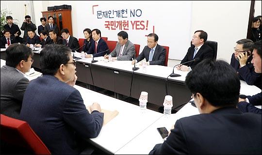 11일 국회 자유한국당 원내대표실에서 김성태 원내대표가 주재하는