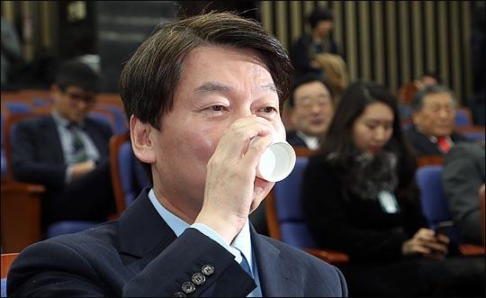 안철수 국민의당 대표가 12일 오후 국회에서 바른정당과의 통합을 위한 전당대회 개최 논의를 위해 열린 국민의당 당무위원회에서 물을 마시고 있다.(자료사진)ⓒ데일리안 박항구 기자