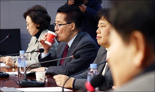 박지원 국민의당 의원이 15일 오전 국회 의원회관에서 열린 국민의당지키기운동본부 전체회의에서 음료를 마시고 있다. ⓒ데일리안 박항구 기자