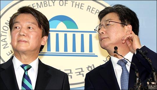 안철수 국민의당 대표와 유승민 바른정당 대표가 18일 국회 정론관에서 통합을 선언한 뒤 기자들의 질문을 듣고 있다. ⓒ데일리안 박항구 기자