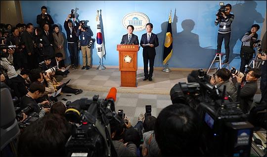 안철수 국민의당 대표와 유승민 바른정당 대표가 18일 국회 정론관에서 통합을 선언하고 있다. ⓒ데일리안 박항구 기자