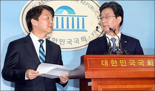 안철수 국민의당 대표와 유승민 바른정당 대표가 18일 국회 정론관에서 통합을 선언한 뒤 대화를 나누고 있다. ⓒ데일리안 박항구 기자