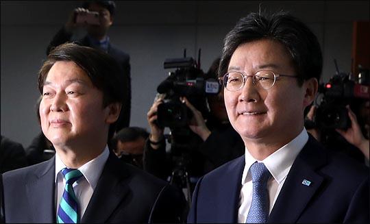 안철수 국민의당 대표와 유승민 바른정당 대표가 18일 국회 정론관에서 통합선언을 한 뒤 미소를 짓고 있다. ⓒ데일리안 박항구 기자