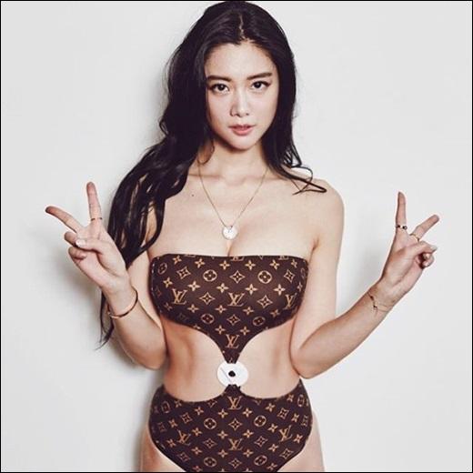 클라라가 GQ 화보 비하인드 컷을 공개했다.ⓒ 클라라 SNS